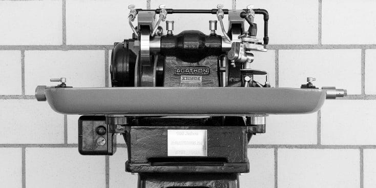Konventionelle_Werkzeugschleifmaschine_1